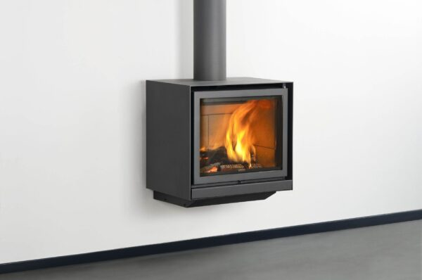 Stuv 16/58-Up - Its glass door gives an amazing view of the spectacle of the flames. The visual effect of the suspended stove completes the picture: freeing up the floor space makes the room appear bigger. It owes its excellent performance to a system that recovers the heat contained in the combustion gases.