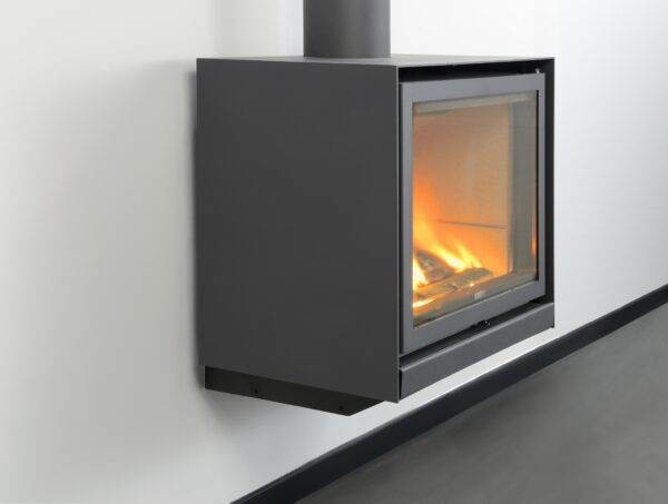 Stuv 16-Up - Its glass door gives an amazing view of the spectacle of the flames. The visual effect of the suspended stove completes the picture: freeing up the floor space makes the room appear bigger. It owes its excellent performance to a system that recovers the heat contained in the combustion gases.