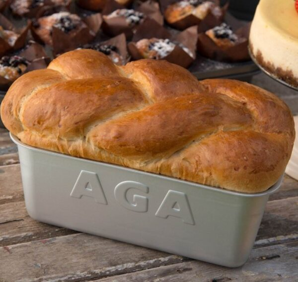 AGA Loaf Tins - Made from silver anodised Aluminium Alloy and finished by hand, resulting in even baking and reduced cooking times. This AGA Loaf Tin features a scratch resistant surface.