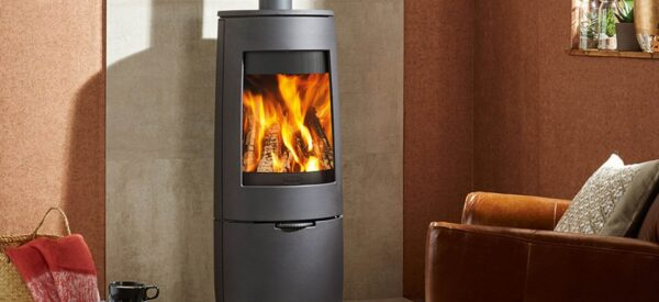 "Dovre Bold 400 - The Dovre Bold 400 wood burning stove features the range's tall firebox and expansive viewing window, offering a stunning flame picture thanks to the stove's powerful <a href=""https://dovre.co.uk/labels/airwash/"">Airwash</a> technology. Constructed entirely from cast iron, the Bold 400 is available in Black, Pure White Enamel or Grey Enamel finishes and features an integrated storage base for your logs. Sharing the same firebox and technology as the Bold 400, the <a href=""https://dovre.co.uk/appliance/bold-300-wood-stoves/"">300</a> features a four-point stand for a striking alternative to this stylish stove."