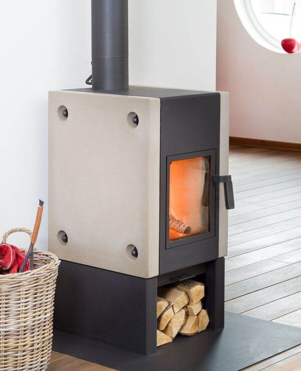Harrie Leenders Boxer Plus - The design and technique of the Boxer Plus are based on the Boxer from 1982. This gives the Boxer Plus 30 years of experience. Everything we at Harrie Leenders know about combustion, warmth and fire, we have put into the Boxer Plus. With that, it is one of the most advanced fireplaces we have ever made.