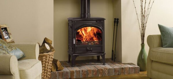 """Dovre 425 - The Dovre 425 wood burning and multi-fuel stove has the style and performance to bring a warming glow to many a home. It comes complete with a riddling grate and is capable of burning a variety of solid fuels or logs. It also incorporates an?<a href=""""https://dovre.co.uk/labels/airwash/"""">Airwash</a>?system to help keep the window clean to give you spectacular views of the flames."""