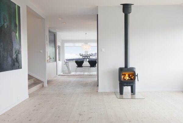 Jotul F105 - The Jøtul F 105-series has a confident and friendly character. In spite of its size the Jøtul F 105 is a wood stove that stands out from the rest. Some of the distinctive design elements of this wood stove include the large horizontal glass door, which offers a great view to the fire and the intuitive air control that make it very user friendly.