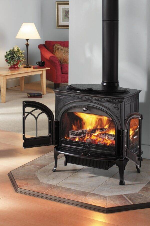 Jotul F600 - With all of the technological features of its smaller cousins, the Jøtul F 600 is a large and timeless log burner. It is designed to have room for considerably sized logs and has a large firebox volume to heat much larger rooms. In addition, it is superbly crafted with a side-loading door for added convenience and an easily accessed ash pan.