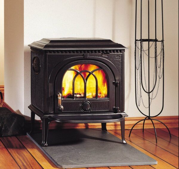 Jotul F8 - The Jøtul F 8 is one of Jøtul's oldest traditional wood stoves and it's still burning bright with its classic and elegant look which complements any interior. It produces good combustion and deliversmore heat from the wood for better fuel economy.