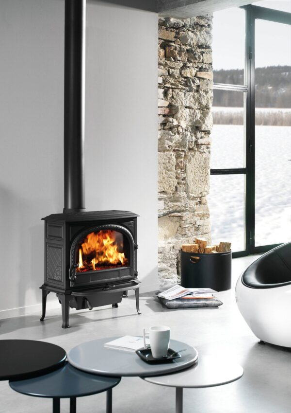 Jotul F400 - Jøtul F 400 is one of the largest cast iron wood stoves on the Norwegian market, with room for logs of up to 50 cm. This model has a large external ash removal solution which facilitates convenient emptying of the ashes. The ash lip catches ashes and sparks that may accidentally fall out of the combustion chamber.