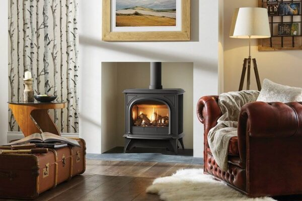 Gazco Huntingdon 40 Gas - The largest model in the Gazco Huntingdon range, the Gas Huntingdon 40 gas stove is perfectly at home in big open fireplaces or spacious interiors. With a powerful heat output of 5.4kW, it can quickly create a warming atmosphere whilst still maintaining an exceptional efficiency up to 84%, thanks to its cutting edge gas stove technology.