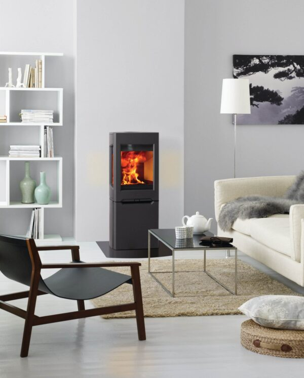 Jotul F160 Series - The Jotul F 163 wood burning stove is part of the F 160 series which consists of five main variants, with or without side glasses and with different leg options and cast iron bases. Jotul F 163 is characterised by its large side glasses and three sturdy legs that give the wood stove an easy and modern look. There are also different finish options and you?can choose either black paint or maintenance free black or white enamel.