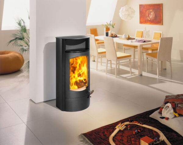 Austroflamm Koko 2.0 - Inviting, informal, timeless and cuddly. With clearly drawn lines, simple shapes and perfect proportions, Jini appeals to everyone who likes to live uncomplicated and relaxed. Extremely refined in combustion technology, it is not only a long-lasting design classic, but also a high-calibre heat dispenser with absolute feel-good guarantee. As Jini Xtra even with more than 12 h heat storage. Naturally included in the large format fire.
