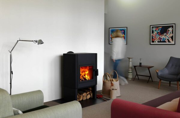 Harrie Leenders Mats - A good combustion gets the most energy out of your wood. Mats burns clean and efficient. Like the Boxer Plus, Mats uses preheated air for better combustion. The side stones store heat to gradually release this into your room.