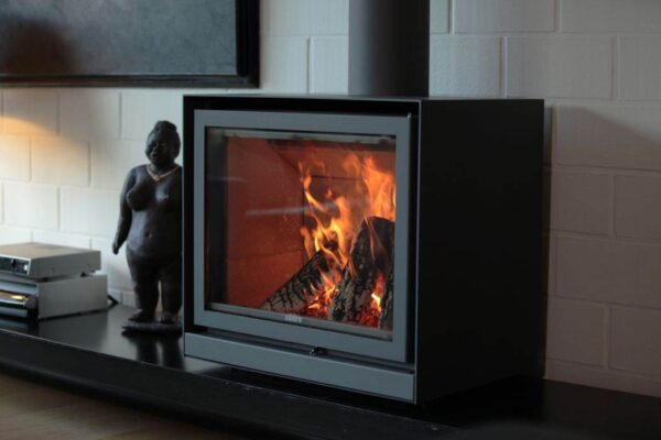 Stuv 16/68 Cube - Ideal solution for main, top-up or background heating, available in three sizes. This wood-burning stove can be placed on a Stûv base, an artisan-crafted base or a piece of furniture. A fan can be added as an option.
