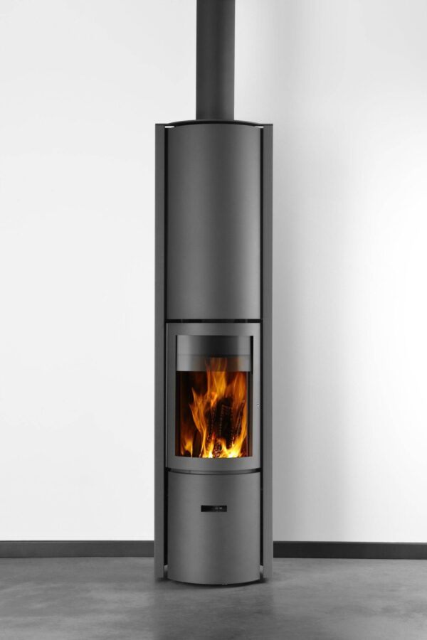 Stuv 30 Compact High - The Stuv 30-compact H can be fitted with a storage core which stores a part of the heat. Once the stove goes out, the accumulated energy continues to be diffused over several hours, thus prolonging the feeling of heat and well-being. <hr /> Please get in touch when ordering to discuss/order the correct smoke outlet and/or any other accessories.