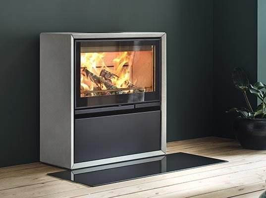 Contura 320A - Natural artstone surround give the C320A Natural an even more exclusive look. The stone also plays an important role in storing heat and maintaining the temperature for a longer period of time. Available with a glass or cast-iron door.