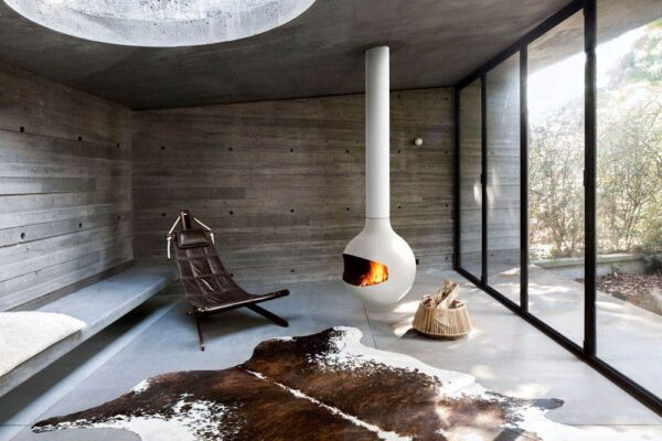 Bathyscafocus - The perfection of geometry allied with the purity of fire ...  With a nod towards the sea, this round, compact fireplace is a serene, discreet yet warm presence, pivoting so the fire can be turned to any point in the room. The model also comes in a porthole version with a closed hearth, which provides excellent thermal efficiency.