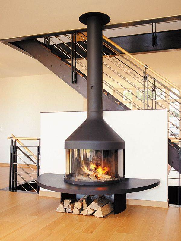 Optifocus - The Optifocus is a model that boasts several appealing features: an extended hearth shelf, a base that doubles as a wood storage space, a heat recovery system, and curved sliding glass panels that allow optimal visibility of the fire, whether open or closed. Blending these elements in a harmonious whole, the convivial Optifocus is an ideal solution for limited spaces, without compromising on safety or heat efficiency. Graceful in style, the model also has a minimal CO output.