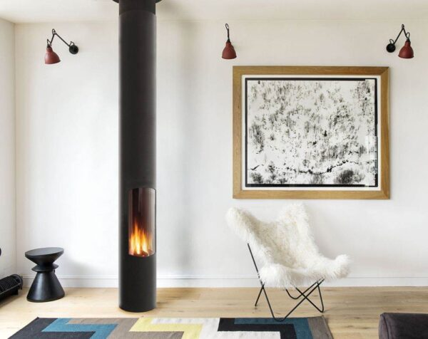 Slimfocus S/Pied - The Slimfocus is a periscope of flames. Its hearth is either suspended (in which case it can pivot) or supported by a base and fixed in place. Its streamlined shape takes up little space, whether it is positioned centrally in a room, near a wall or in a corner. Its exceptionally fluid lines make it one of Focus's most stylistically revolutionary fireplaces.