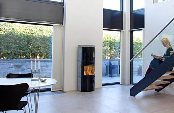 Hwam 3530 - The combination of glass and stone creates an exclusive expression in this wood-burning stove. HWAM 3530 is an impressive column in the living room that displays the fascinating flames in the most attractive way. At the top of the wood-burning stove there is a spacious heat storage compartment with room for stone to further increase heat storage capacity.