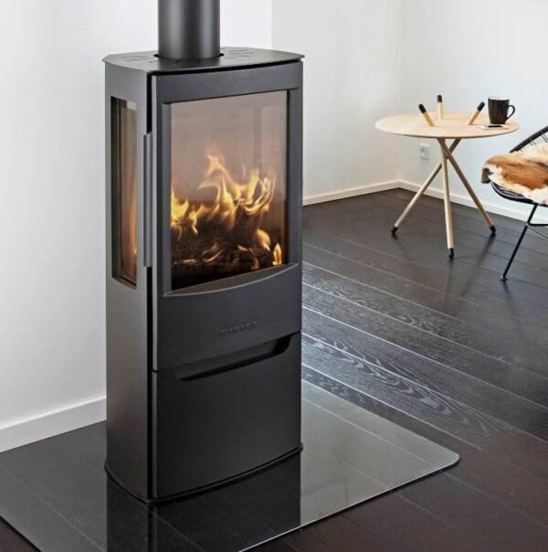 Wiking Miro 3 - Through WIKING Miro's broad side glass and the large glass pane in the sturdy cast iron door, there is ample opportunity to watch the flames in the open and bright combustion chamber. Slightly slanted angles at the back enhance the looks of WIKING Miro - not only on an even wall, but also in a corner.