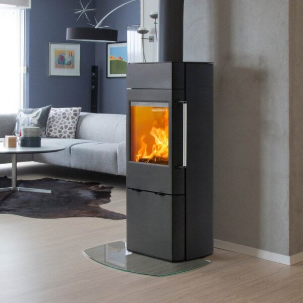 Scan 41 - Scan 41 is a medium-sized stove with a large glass front door. This provides a perfect view of the flames, which also creates a warm and cosy ambiance. The stove is available with or without glass on the sides, so you can opt to have an even better view of the flames.