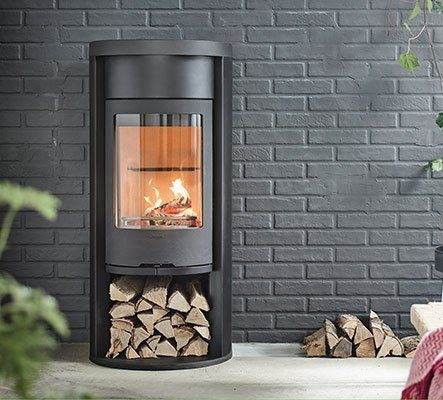 Contura 620 Style - Contura 620 Style is equipped with heat retaining powerstone and convection damper as standard. If you choose the cover instead of the warming shelf above the door there is also space for even more powerstone. This means that you get even more heat out of your logs because the heat is retained in the stone. The model has a cast iron door. Optional lower compartment cover.