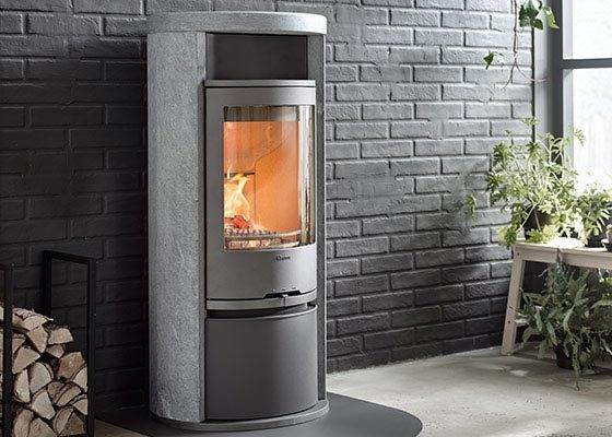 Contura 620T Style - Contura 620T has a surround in heat retaining soapstone. If you choose the cover, instead of the warming shelf above the door, you can also order powerstone, which means that you can extract even more heat. The model has a cast iron door. Optional lower compartment cover.