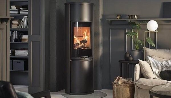Contura 690 Style - The Contura 690 models give the majestic impression of the tiled stove with the advantages of the modern stove: it displays a proper fire high above the floor. This model has lots of everything: three different colours, three different tops, two different doors, lower door (standard) and several accessories such as log storage and heat retaining powerstone. Regardless of your favourite variant, you will enjoy many hours of cosiness and pleasant heat each time you light a fire.