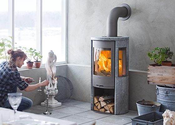 Contura 556T Style - Contura 556T with cast iron door is a soapstone stove with large sidelights that show a lot of the fire. Soapstone is naturally heat retaining, which maximises the output of your stove.