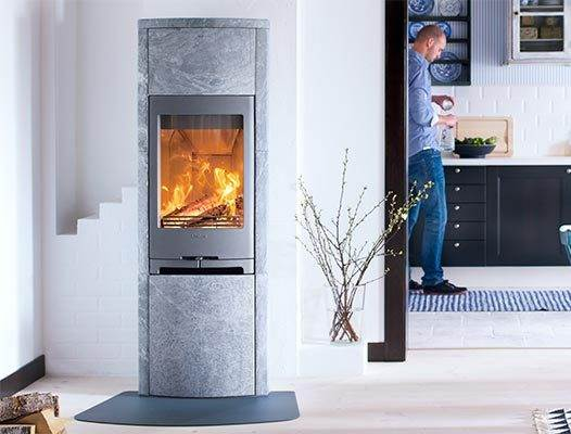 Contura 790T - Contura 790 is inspired by, and uses natural materials. The tiled stove is available with a surround in black silk matt or white high gloss tiles. Thanks to its compact size, Contura 790 is easy to position. It attracts attention through its shape and not its size. Attention to detail makes it a beautiful piece of furniture that comes to life with a fire.