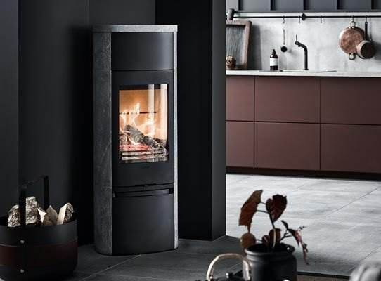 Contura 890T Style - The dramatic flickering of the flames off set by the calm and robust soapstone. 890T is a stove with a format and appearance that won't go unnoticed. The naturally heat-retaining soapstone also radiates heat long after the last embers have died out.