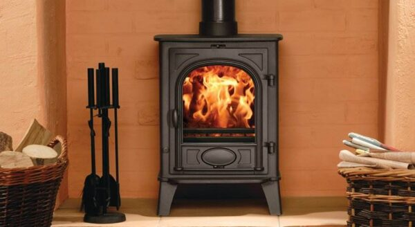 Stovax Stockton 6 - The superb combination of size and heating capacity make the Stovax Stockton 6 wood burning and multi-fuel stove particularly versatile. It is produced as a wood burning stove (easily adapted to multi-fuel use with the optional riddling grate kit) or as a dedicated multi-fuel version with external riddling.