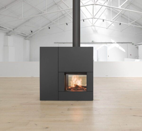 Stuv 22/90 DF - A double-sided fireplace makes it possible to make the fire visible in transparency through two glass surfaces facing each other. These models can serve as a separation between 2 spaces, while maintaining transparency through the glass.