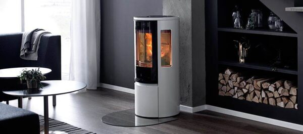 Contura 556 Style - The generous side lights mean that you can see the fire from different angles in the room. With cleaner lines and a large glass door it gives a light and modern impression. The new handles do not get hot and are integrated into the front of the stove. The white stove, Contura 556 Style, with glass door is one of the hottest newcomers of the year.