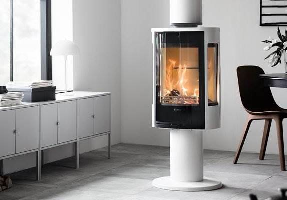 Contura 886 Style - A pedestal stove makes the fire more visible in your interior. With the 886 you also have the benefit of generous side panes, which almost make the fire look like it is floating in thin air. Combined with a turntable (optional) you can swivel the stove so that you can always see the fire from anywhere in the room. Our pedestal model in white is a great innovation.