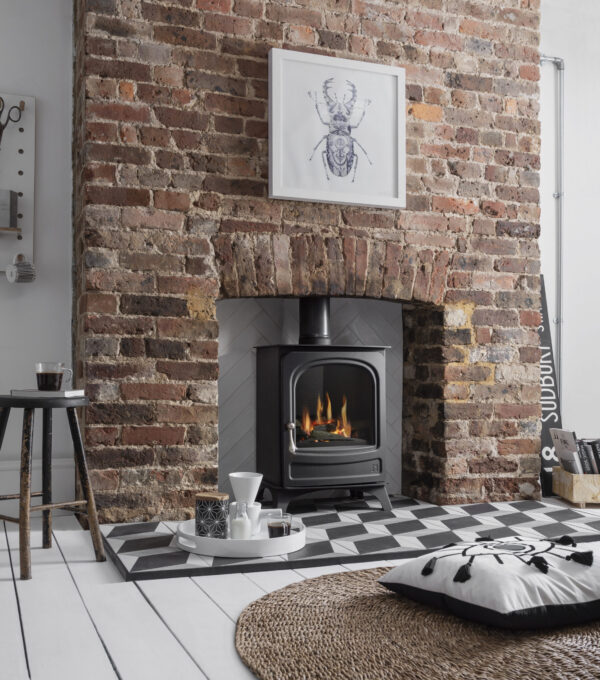 Arada Holborn Gas Medium - Sharing the same high quality steel body and cast iron door as used on the multi-fuel Holborn 5 stove, this gas stove offers an authentic 'woodburner' focal point whilst providing instant heat. It is easily controllable thanks to its?remote control which is included as standard. Available in Natural Gas or LPG models. Up to 4.5kW of heat with a realistic log fuel bed.