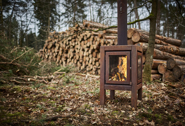 The Quaruba is available in 3 different sizes, Large, XL and XXL. Model X is the middle of the 3. With it's height of 95 cm it has beautiful high windows so you have a good view of the fire. The Quaruba model is a sturdy, robust wood stove with an industrial appearance for outdoor use. This cube-shaped terrace stove has a unique modular construction and is therefore assembled as desired with 1 (door) to 4 glass panels. The door closure is cleared between the door panel and the right leg. The version with 4-wheel flooring is easy moveable. In addition, the platform can also be used as storage for the first stock of firewood.