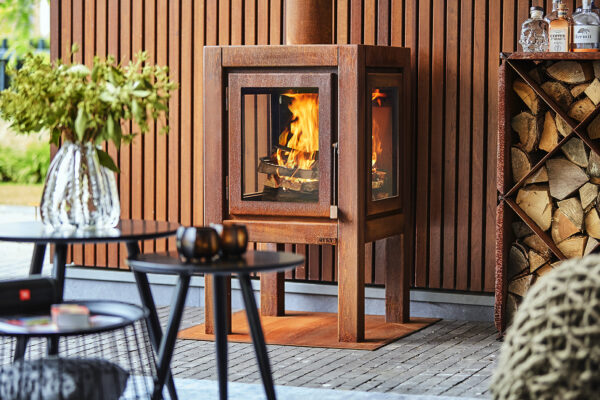 RB73 Quaruba XL Mobile - 4-Sided Outdoor Stove - The Quaruba is available in 3 different sizes, Large, XL and XXL. Model X is the middle of the 3. With it's height of 95 cm it has beautiful high windows so you have a good view of the fire. The Quaruba model is a sturdy, robust wood stove with an industrial appearance for outdoor use. This cube-shaped terrace stove has a unique modular construction and is therefore assembled as desired with 1 (door) to 4 glass panels. The door closure is cleared between the door panel and the right leg. This Quaruba XL Mobile version with 4-wheel flooring is easy moveable. In addition, the platform can also be used as storage for the first stock of firewood.