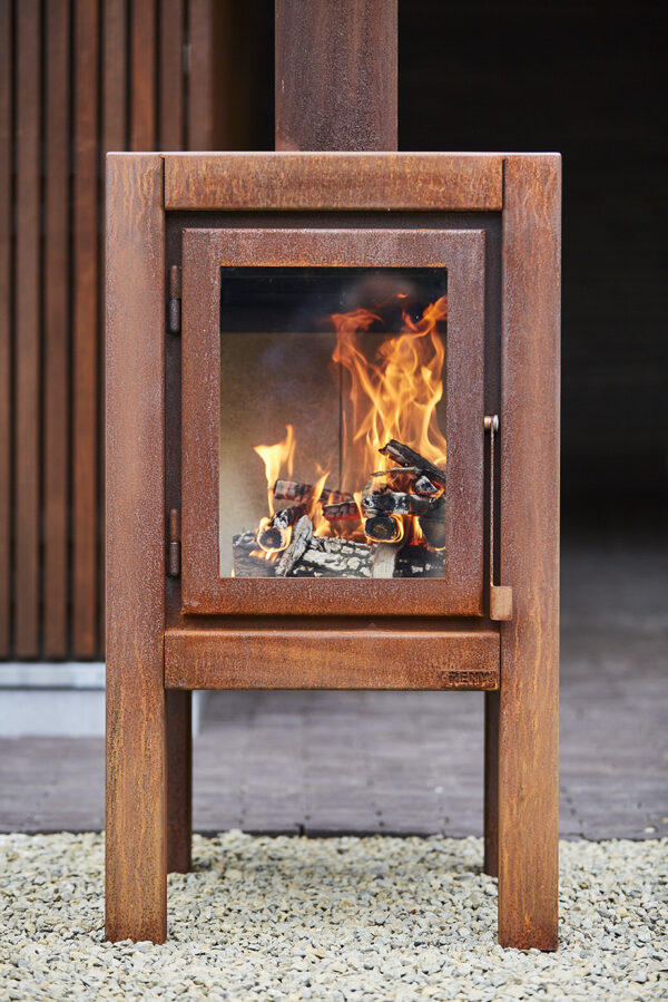 RB73 Quaruba XL - Outdoor Stove - The Quaruba is available in 3 different sizes, Large, XL and XXL. Model X is the middle of the 3. With it's height of 95 cm it has beautiful high windows so you have a good view of the fire. The Quaruba model is a sturdy, robust wood stove with an industrial appearance for outdoor use. This cube-shaped terrace stove has a unique modular construction and is therefore assembled as desired with 1 (door) to 4 glass panels. The door closure is cleared between the door panel and the right leg. The version with 4-wheel flooring is easy moveable. In addition, the platform can also be used as storage for the first stock of firewood.