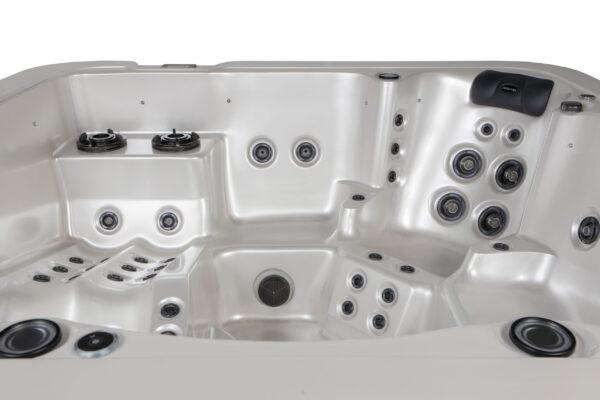 Novitek Malla 6-seater hot tub - The Malla's spacious sleeping area and five seats guarantee great massages.