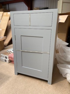 Neptune Suffolk 560mm 1 Door 1 Drawer RIGHT HINGE Base Cabinet - Neptune Suffolk 560mm 1 Door 1 Drawer RIGHT HINGE Base Cabinet (note photo shows left hinge as no photo of the right hinge as in original box). RRP £930 Stock Clearance-New In Box Pallet Delivery or collection only